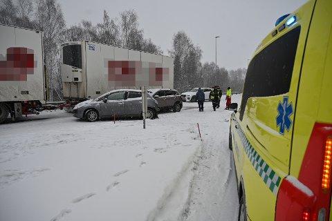 Ulykken har skjedd ved avkjøringen til Loesmoen.