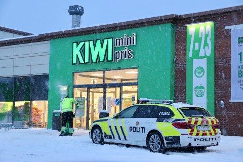 Politiet rykket onsdag morgen ut til Kiwi Åssiden etter melding om utagerende kvinne.
