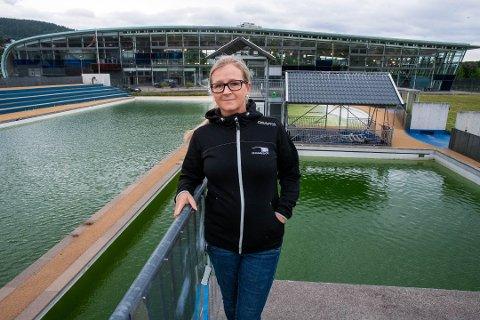 UTESVØMMING: I fjor kunne ikke Drammensbadets utebad åpne. Det sier daglig leder Kristina Vinda at skal skje i år. Her fotografert ved utebadet i juni i fjor.