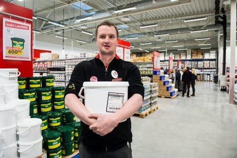 Hans Andreas Blom er butikksjef i Buskerud Storcash som holder til i Kobbervikdalen. Dette bildet ble tatt før pandemien.