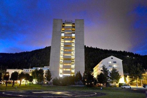 Datasystemene på Drammen sykehus brøt sammen natt til mandag.