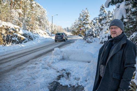 ULOVLIG: Jan Erik Bjørklund bor langs Jupiterveien i Krokstadelva, og har i årevis irritert seg over feilparkeringer langs veien. Til høyre på bilde ser man tydelige merker etter en feilparkert bil.