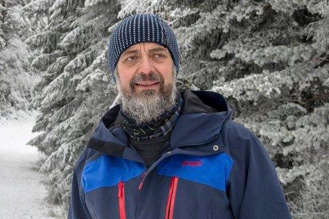 Bjørn Ringstad, tidligere natur- og skogforvalter i Drammen kommune, forteller det mye som må på plass for å utvide skiløypene i Drammensmarka.