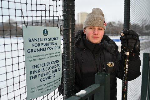 Lucas Øvrebø Ondrcka er oppgitt over kommunen som stengte banen, og han fikk et par minutter før han ble bedt om å gå. Mange har imidlertid tatt til motmæle mot stengningen, og nå velger kommunen å gjenåpne banen fra fredag.