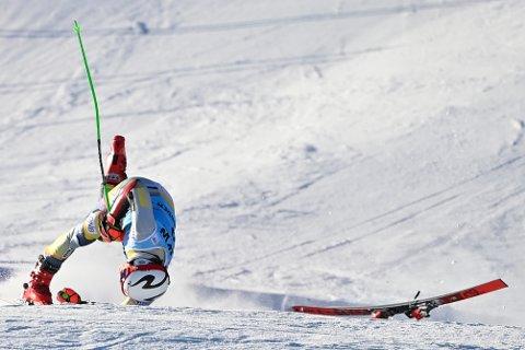 STYGT FALL: Slik passerte alpin-talentet fra Hokksund målstreken. 20-åringen ble liggende i målområdet med store smerter i kneet.