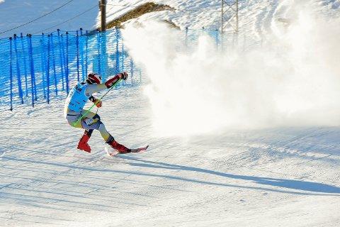 Lucas Braathen falt over mållinjen og skadet seg i sveitsiske Adelboden fredag.