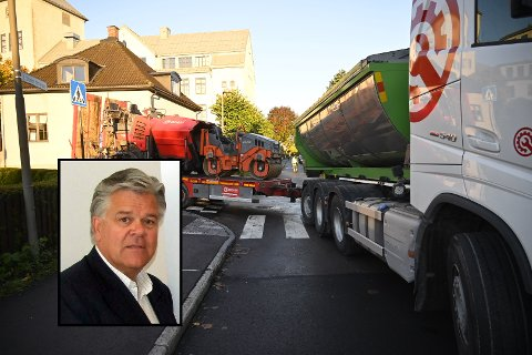KJØRTE FEIL: Lastebilen fra Barni Asfalt kjørte seg fast da sjåføren kjørte mot kjøreretningen. Innfelt Roy Norum, styreleder i Brani Asfalt