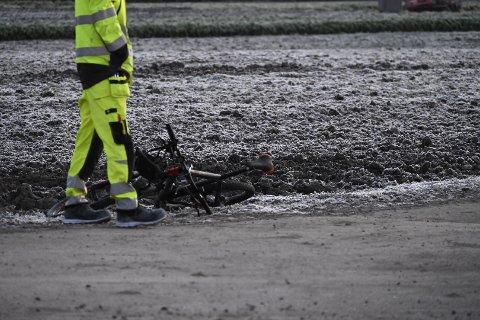 PÅKJØRT: En syklist ble påkjørt i morgentimene mandag. På Twitter melder politiet at vedkommende blir sjekket av ambulanse på stedet.