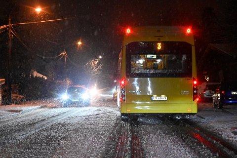 Krevende føre for bussen og andre kjøretøyer i høyereliggende områder i Drammen og Lier i morgentimene  tirsdag. Dette er fra Fjell.