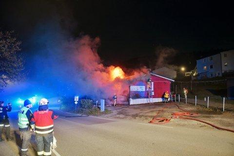 BRANN: I morgentimene fredag stod barnehagen i Drammen i full fyr. Nødetatene var raskt på stedet.