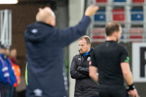 BETENKT: SIF-trener Håkon Wibe-Lund hadde all mulig grunn til å være betenkt under SIFs kamp mot Vålerenga i Oslo søndag kveld. VIF-trener Dag-Eilev Fagermo (t.v.) kunne juble etter 3-0-triumf.