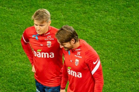 Martin Ødegaard og Stefan Strandberg under trening på kamparenaen i Istanbul der Norge skal kjempe om viktige VM-poeng mot Tyrkia.