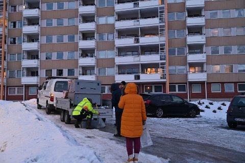 DELER UT VANN: Kommunen skal fredag morgen fortsette arbeidet med å dele ut vann til familier på Fjell.