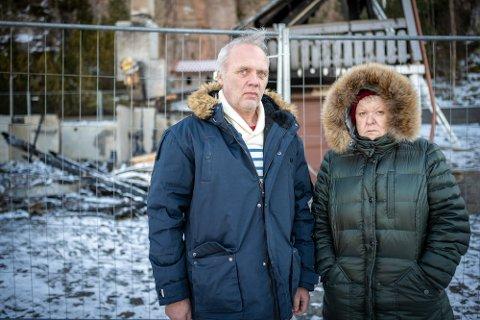 Morten Aanrud og Iris Lindberg ved det utbrente huset. I tillegg til huset gikk også tre biler og en campingvogn,