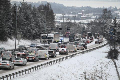 KØ: Flere trafikkulykker og trøbbel på glatta førte til lange køer ved Kjellstad og Liertoppen på E18 mandag ettermiddag.