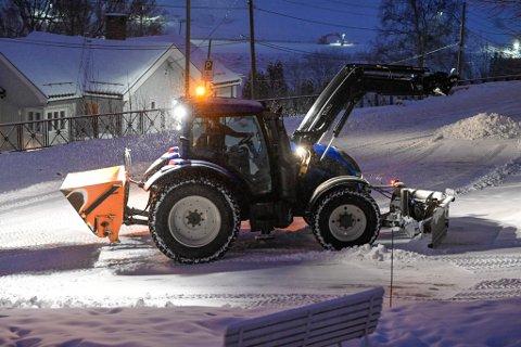 FULL FRES: Alle brøytemannskaper jobber på spreng for å få unna snøen fra veiene  onsdag.