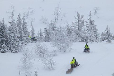 Flere scooterpatruljer dro i ettermiddag ut på nye søk i fjellet på Tempelseter. Nå tar de utgangspunkt i der basestasjonene sist fikk kontakt med mannens telefon.