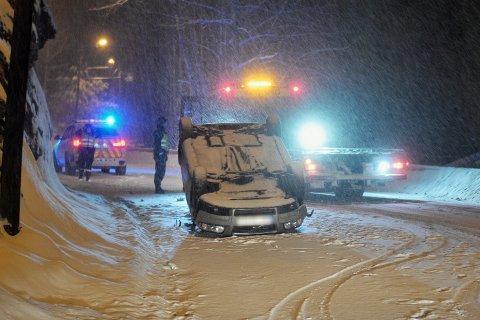 GIKK RUNDT: En bil kjørte i fjellveggen og havnet på taket natt til torsdag.