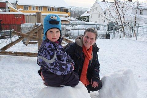 Karine Gallot-Lavallée er kjempefornøyd med hvordan ting gjøres i Norlights Montessoribarnehage ved Landfalløya der hun har datteren Réjane (5).
