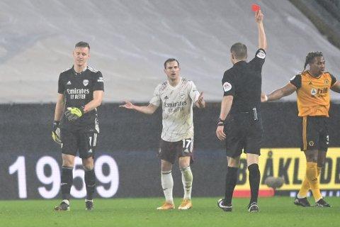 Arsenal-keeper Bernd Leno får rødt kort i bortekampen mot Wolverhampton. Gjestene måtte avslutte med ni mann etter to utvisninger.