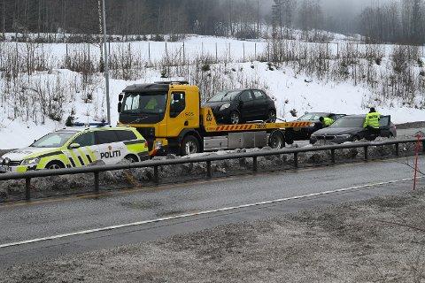 KRASJET: To biler måtte taues etter en kollisjon på E134 tirsdag ettermiddag.