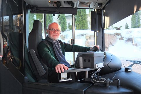 Bjørn Bratland har vært bussjåfør nesten seks år og har ikke opplevd så glatte veier på jobb tidligere. Ved Drammen skisenter har han ventet i en halvtimes tid ved 9-tiden. – Vi tar ingen sjanser, sier han og er forberedt på å vente en stund til.