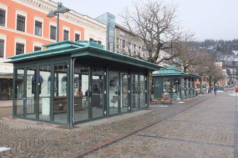 STENGT: Blomsterbodene på Bragernes torg er vedtatt forbehold blomsterforhandlere. Nå skal kommunen vurdere en endring av vedtaket og åpne for andre aktører.