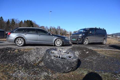 Varebilen fikk en skikkelig trøkk i fronten etter møtet med hjulet. PS: Hjulet er flyttet etter sammenstøtet med bilen.