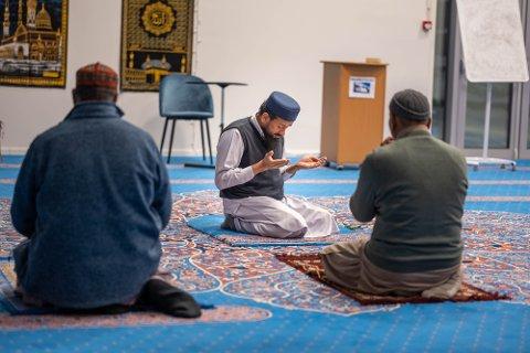 MORGENBØNN: Imam Malik Muhammad Avais leder morgenbønnen torsdag med et begrenset antall medlemmer til stede.
