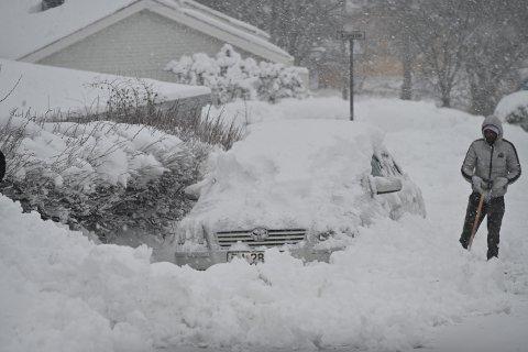 Mange måtte måke fram bilen for å komme seg av gårde.