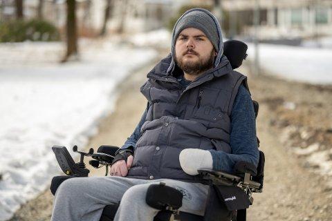 Sondre Leon Hansen (24) mener unge med underliggendesykdommer og funksjonshemmede burde blitt prioritert først.