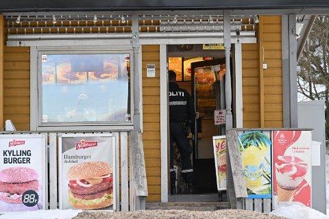 UTRYKNING: Politiet rykket ut med to patruljer til Fjell pizza og grill.