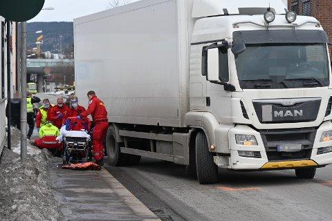 Ambulansepersonell er på stedet etter ulykken til Tollbugata.
