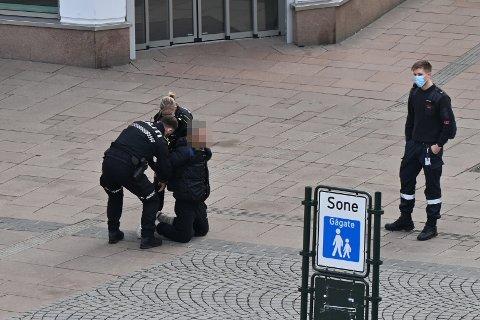 PÅGREPET: Mannen skal ha vært svært utagerende da han ble pågrepet på Bragernes Torg.