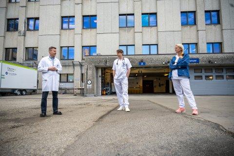 Disse tre jobber med forskningen på korona som gjøres på Drammen sykehus: F.v.: forskningssjef Lars Heggelund, forsker og lege i spesialisering Karl Erik Müller og studiesykepleier Anne Hermann.