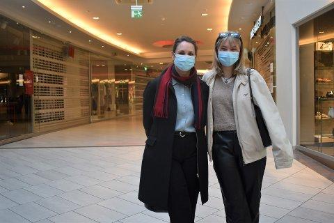 ET TOMT SENTER: Lisbeth (47) og Emma Fjeldby (18) var innom Gulskogen lørdag formiddag. De beskriver det som en spøkelsesby.