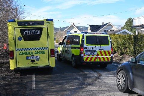 Brannvesen, politi og ambulanse rykket ut til stedet.