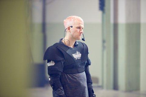 SKUESPILLER OG DRAMATIKER: Fredrik Høyer (33) har farget håret rosa og lært seg å stå på rulleskøyter for rollen i «Jordopphimlesang» på Nationaltheatret.