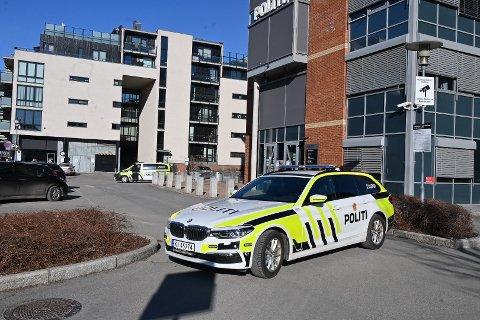 VAKTHOLD: Denne politipatruljen holdt fredag vakt utenfor Drammen politistasjon.