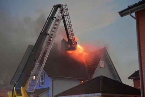 Vaktleder i Sørøst 110 forteller i 19-tiden at det brenner i loftet og andre etasje i bygget.