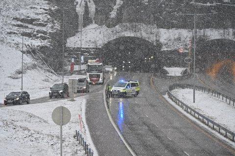 Politiet omdirigerer E18-trafikken via Sande fylkesveg 313 og 319 etter en ulykke i Bjørgetunnelen mandag morgen.
