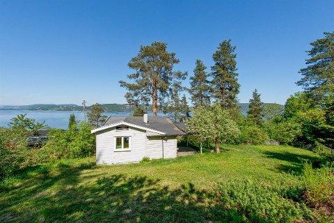 Denne lille hytta på Svelvikveien har i utgangspunktet mange råd til. Så spørs det hvor mye renoveringen koster før hytta kan brukes.