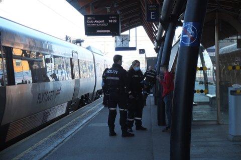 STORE STYRKER: Politiet rykket ut med tre patruljer da de fikk melding om slåssing på Drammen stasjon torsdag kveld.