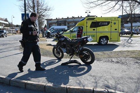HELDIG: – Jeg tror jeg var veldig heldig som slapp fra dette uten fysiske skader, sier Ole Andreas Svendsrud. På bildet inspiserer politiet motorsykkelen etter hendelsen.
