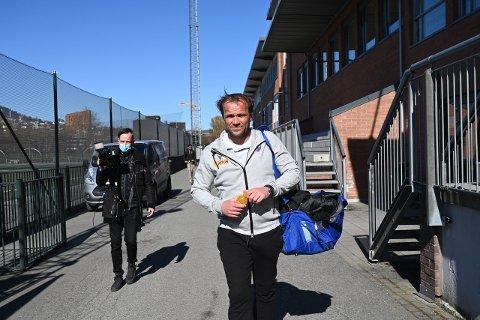 PÅ GAMLE TOMTER: Hans Erik Ødegaard, som ble hovedtrener i Sandefjord i vinter, på vei ut av Marienlyst etter 1-0-tapet for gamleklubben SIF mandag.