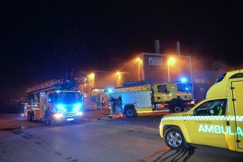 UTRYKNING: Ved 23:30-tiden tirsdag kveld rykket nødetatene ut til røykutvikling hos Protan. Tre personer ble sendt til sykehuset for sjekk etter å ha pustet inn røyk.