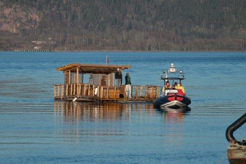 Denne flåta måtte taues inn etter at Kystverket ringte Røde Kors om faren for at den lille farkosten kunne komme i veien for et lasteskip.