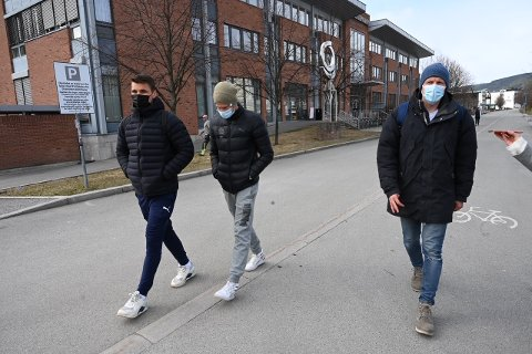 Kristoffer Tokstad, Lars-Christoffer Vilsvik og Jonathan Parr på vei ut av møtet.