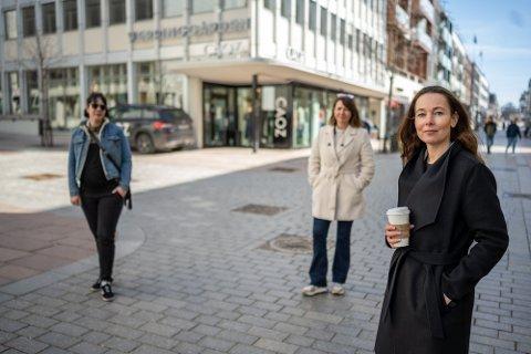 SLÅR ALARM: Sentrumsdriverne Sunniva Ferrada, t.v og Camilla Jacobsen t.h, ber myndigheter og drammensere kjenne sin besøkelsestid. I midten Helle-Stine Høvås fra Byen Vår Drammen.