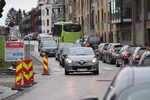 STILLESTÅENDE: Det er lang kø på Engene forbi Losjeplassen sykehjem.